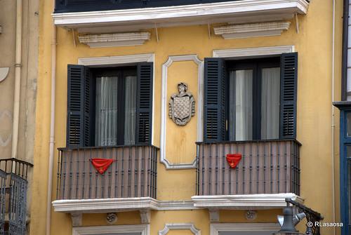 Balcones engalanados durante los Sanfermines en la calle Mercaderes