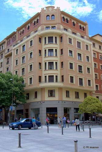 Edificio de viviendas en la confluencia de la avenida de Carlos III con la calle Castillo de Maya