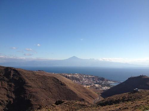 El Teide y San Sebastián de La Gomera desde el Mirador de La Lomada del Camello