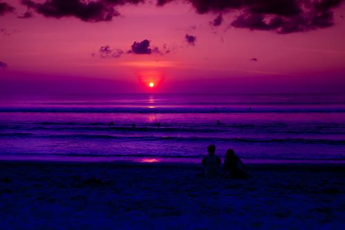 無料写真素材, 自然風景, 海, 朝焼け・夕焼け, ビーチ・海岸, カップル, シルエット, 人物  後ろ姿, 風景  インドネシア