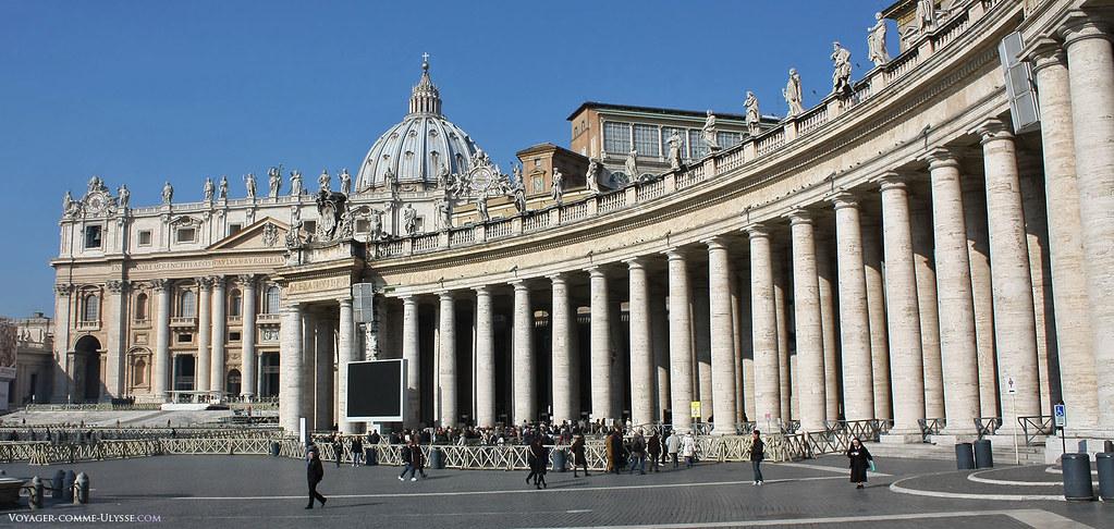 Colonnade utilisant l'ordre architectural Toscan, travail du Bernin, surmontée de statues. Les colonnes sont en travertin, une pierre très utilisée à Rome.
