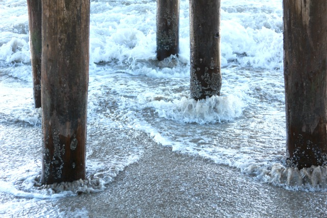 waves around pillars