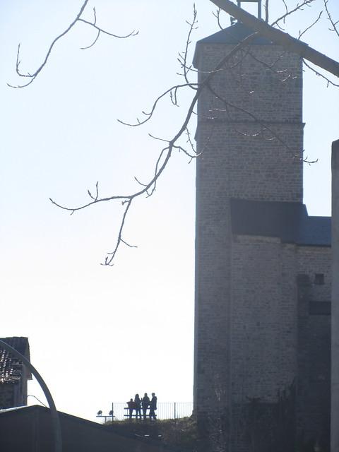 Gente cerca de la torre