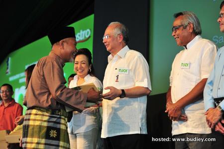 Prime Minister, Dato' Seri Mohd Najib Tun Haji Abdul Razak Presenting Njoi Decoders To Ekasih Recipients
