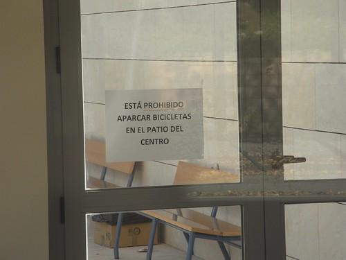 Prohibición aparcar bicicletas en el patio del Conservatorio de Córdoba.