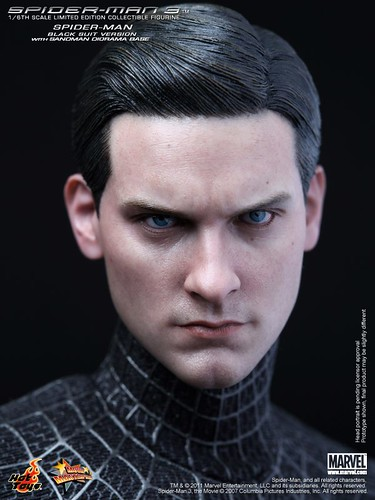 Hot-Toys-Spider-Man-with-Sandman-Base