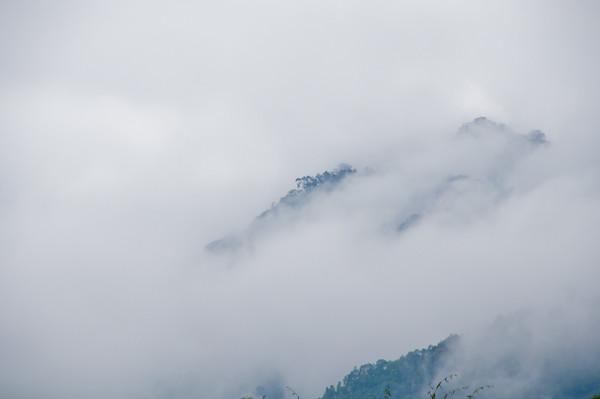 Montañas del nordeste de India con niebla