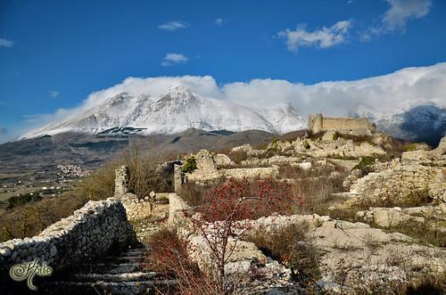 Castello Orsini nel borgo medievale di Albe Vecchio by katerina_k1974