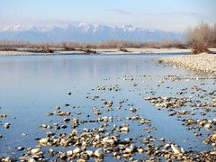 sassi e monti sul fiume