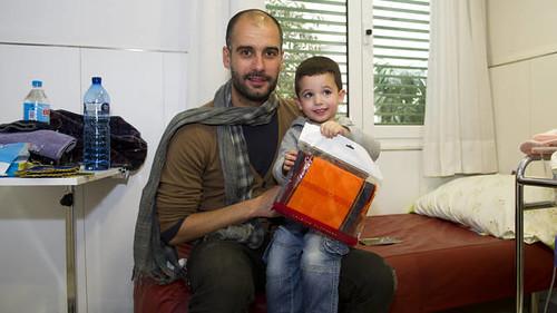 Pep-Guardiola-visits-childrens-hospi... 孤児院をFCバル