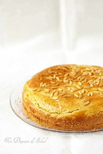 Pinolata : gâteau toscan à la crème pâtissière et aux pignons