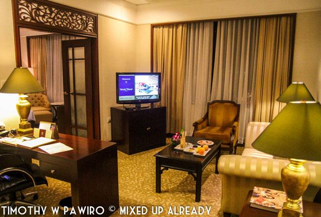 Philippines - Manila - Dusit Thani - Club Executive Suite - The living room (web)