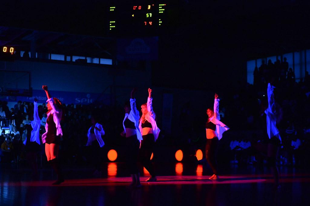 La salle J-P Garnier plongée dans le noir pour un show final