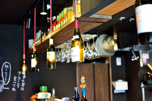 ステキな店内内装。ワイングラスのランプシェード
