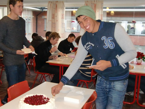 Eleverna firar med tårta på Österlengymnasiet