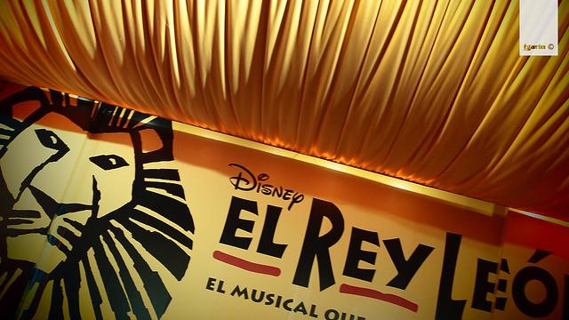 a la entrada del teatro Lope de Vega para ver el musical de El rey León