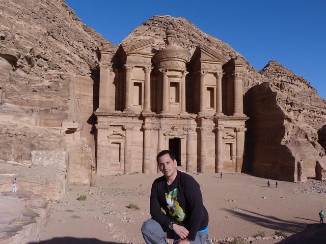 Sele ante el monasterio de Petra (Jordania)