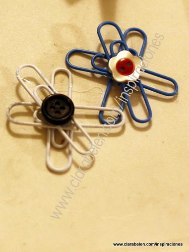 Flor para el árbol de Navidad hecha con clips y botones