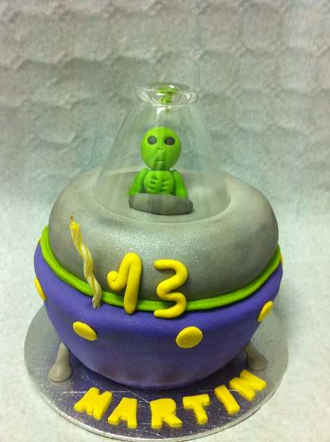 Alien Spaceship Cake http://www.flickr.com/photos/66505076@N02/6527074331/