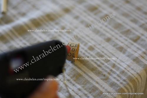 Manualidades: flor de cucharas de plástico reciclada y corchos para adornar las macetas