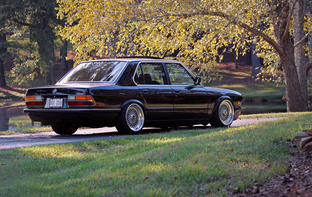 clean and classy bmw e28 on classic hre 501. Black Bedroom Furniture Sets. Home Design Ideas