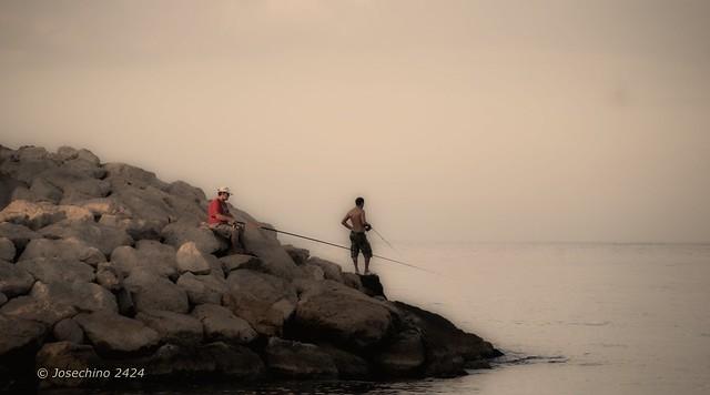 pescando en las rocas