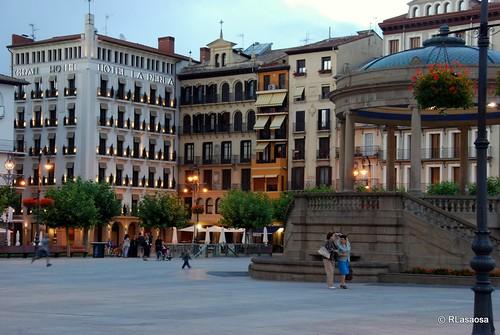 Una vista de la Plaza del Castillo, con el Hotel La Perla a la izquierda y el kiosko a la derecha.