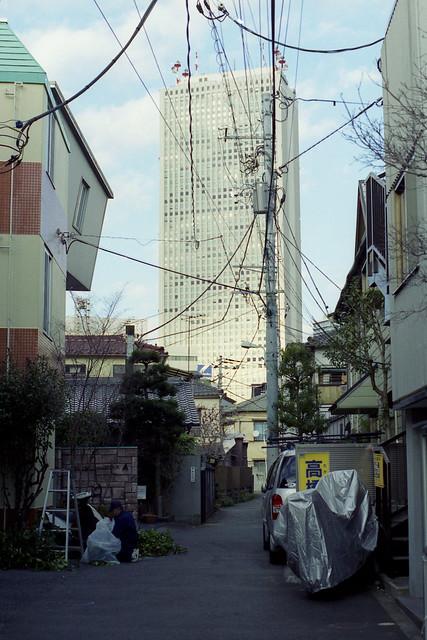 路地奥の高層ビル