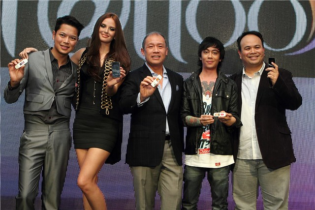Holding the new Tattoo 4G devices are Tattoo Head of Nomadic Broadband Business Dong Ronquillo, master model Georgina Wilson, Globe President and CEO Ernest Cu, Chicosci vocalist and rock rebel Miggy Chavez and Globe Head of Broadband Business Nikko Acost