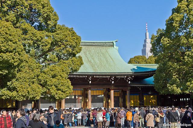 Gente y más gente en el santurio Meiji