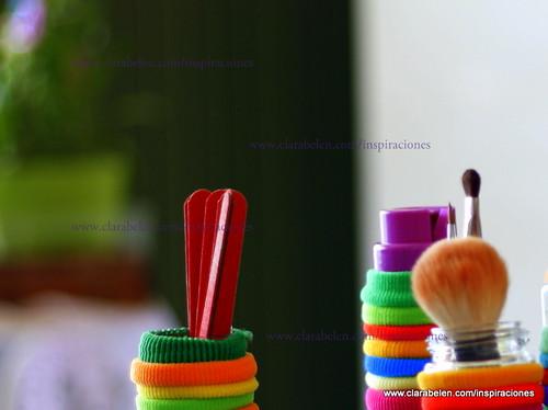 Optimizando el espacio del baño: ordenar gomas del pelo y otras cosas en tarros de especias