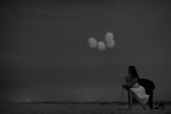 [フリー画像素材] 人物, 女性 - アジア, 女性 - 座る, 風船, モノクロ ID:201202081400
