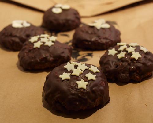 Schoko-Lebkuchen mit weißen Sternchen