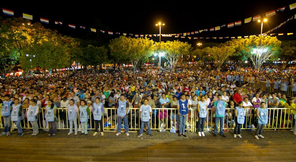 La noche del 7 de Diciembre ya congregaba a muchísima gente frente a la Basílica, que traía sus plegarias a la Virgen. (Tetsu Espósito)