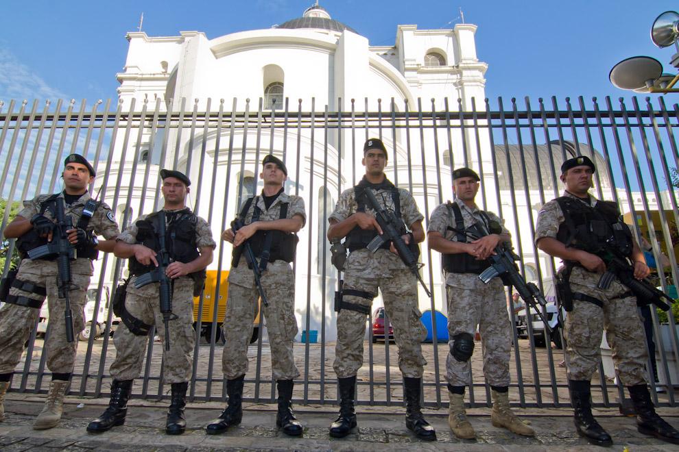 Personal de la FOPE custodiaba una de las entradas laterales de la Basílica, la mañana del 8 de Diciembre. (Tetsu Espósito)