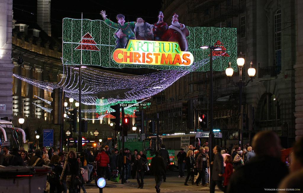 Décorations de Noël de Regent Street, la célèbre rue commerçante de Londres. Cette année, c'est le film Arthur Christmas qui est à l'honneur.