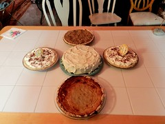 Yummmmmmmm !!!!   (pumpkin in front, carrot cake in the middle, two French Silk Chocolat pies on the side and if that is not enough... cherry in the back... YAY !!!!