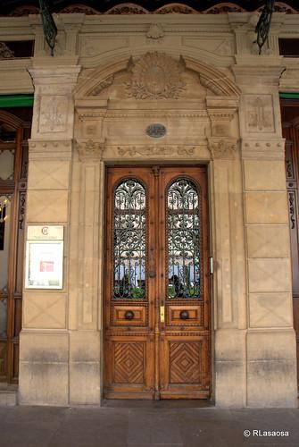 Imponente puerta de madera en uno de los edificios de la Plaza del Castillo.