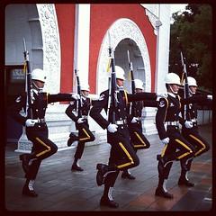 台湾観光:忠烈祠での閲兵交代式に息子らも釘付け。