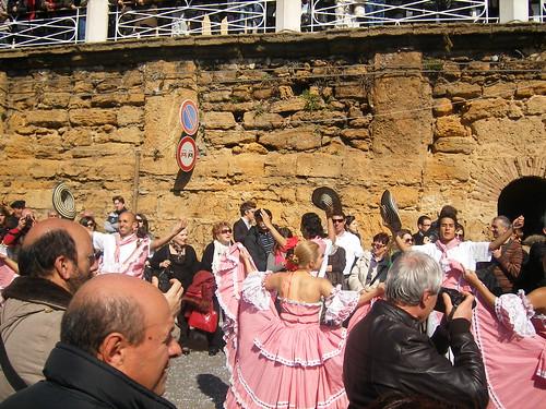 Kostüme und Tänze aus Südamerika in Agrigent in... by Calogero Mira