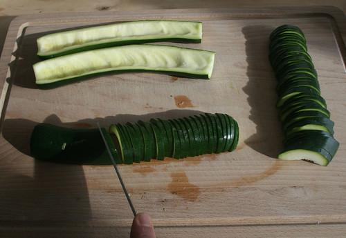 13 - Zucchini entkernen und in Scheiben schneiden / Remove zucchini seed and cut in slices