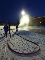 Bijwerken ijsbaan door DNIJ vrijwilligers