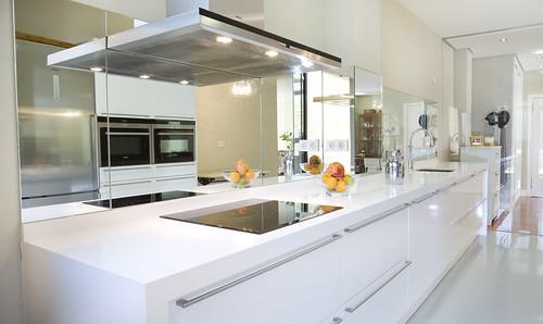 Detalles decorativos para resaltar tus muebles de cocina for Cocinas con espejos