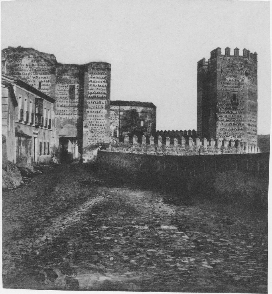 Puerta de San Ildefonso en su parte trasera hacia 1857. Fotografía de Eugène Sevaistre editada por Gaudin