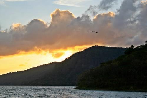 lake sunrise dawn volcano morninglight caterina caldera nicaragua egret whiteegret centralamerica masaya centroamerica apoyo lagunadeapoyo sunlitcloud