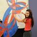Tereza Huříková s olympijským šátkem před obrazem Amfora - Dvoubarevná fuga