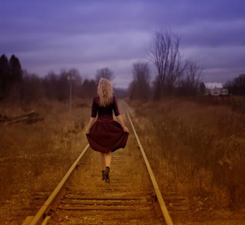無料写真素材, 人物, 女性, ワンピース・ドレス, 人物  後ろ姿, 鉄道・線路