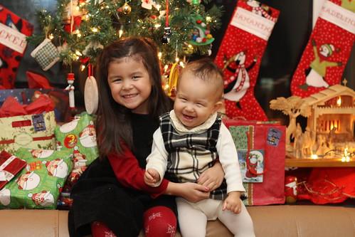 bambini che giocano vicino all'albero di Natale