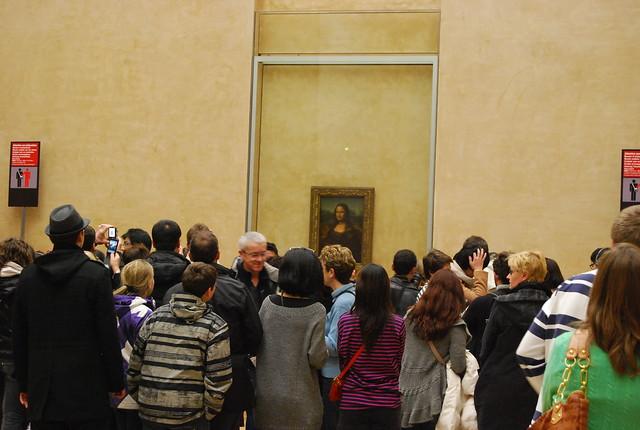 Gente ante La Gioconda en el Museo del Louvre de París