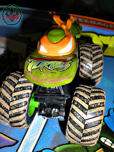""" Hot Wheels "" Monster Jam ' Teenage Mutant Ninja Turtles ' 1:64 Monster Truck - Michelangelo {  MUD TRUCKS tire treads } 53/80 iv (( 2011 ))"